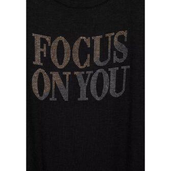 T-Shirt mit Wording Applikation aus Deko Steinchen